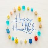 Изображение еврейского праздника Хануки с деревянным собранием dreidels & x28; закручивая top& x29; над белой предпосылкой стоковое изображение rf