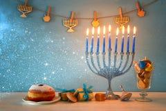Изображение еврейской предпосылки Хануки праздника с menorah & x28; традиционное candelabra& x29; и горя свечи Стоковое фото RF