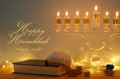 Изображение еврейской предпосылки Хануки праздника с menorah & x28; традиционное candelabra& x29; и горя свечи