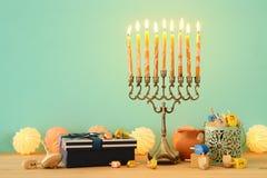 изображение еврейской предпосылки Хануки праздника с menorah & x28; традиционные канделябры стоковые изображения rf