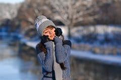 Изображение девушки закрытых глаз солнечной усмехаясь красивой милой наслаждаясь природой зимы на предпосылке леса зимы снежной П Стоковые Изображения