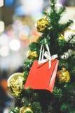 Изображение ели с шариками золота, красного пакета рождества для подарков стоковые фото