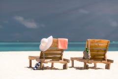 Изображение деревянных шезлонгов на тропическом пляже, каникул Стоковое Фото