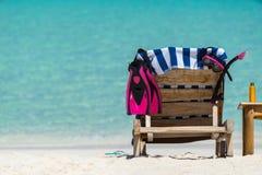 Изображение деревянных шезлонгов на тропическом пляже, каникул Стоковое Изображение