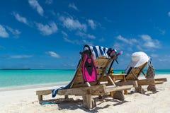 Изображение деревянных шезлонгов на тропическом пляже, каникул Стоковые Фотографии RF