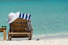 Изображение деревянных шезлонгов на тропическом пляже, каникул Стоковые Изображения