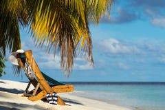 Изображение деревянных шезлонгов на тропическом пляже, каникул Стоковая Фотография