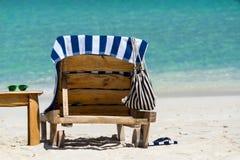 Изображение деревянных шезлонгов на тропическом пляже, каникул Стоковая Фотография RF
