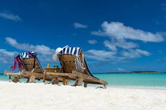 Изображение деревянных шезлонгов на тропическом пляже, каникул Стоковое фото RF