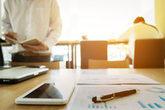 Изображение деловых документов на рабочем месте с 2 партнерами взаимо- Стоковая Фотография