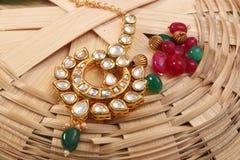 Изображение женской цепи ювелирных изделий с камнями, для mangtika девушки нося стоковое фото