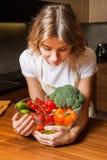 Изображение женщины в кухне держа салат плиты стоковое изображение rf