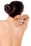 Изображение женщины касаясь ее плечу Стоковое фото RF