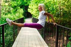Изображение женщины спорт на деревянном мосте Стоковые Фото
