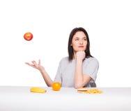 Изображение женщины с плодоовощами и гамбургером в фронте на белом bac стоковое изображение rf