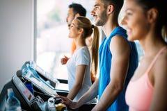 Изображение жизнерадостной команды фитнеса в спортзале стоковое изображение