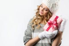 Изображение жизнерадостной девушки с подарочной коробкой на белой предпосылке Стоковое фото RF