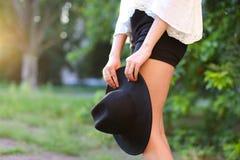 Изображение захода солнца женской шляпы симпатичное ног солнца стоковая фотография rf