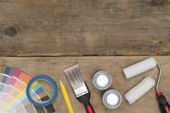 Изображение знамени инструментов и поставек картины на деревянной предпосылке Стоковое Изображение