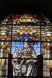 Изображение значка на цветном стекле в католической христианской церков Стоковое Изображение