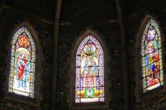 Изображение значка на цветном стекле в христианской церков Стоковые Изображения