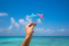 Изображение зонтика коктеиля на тропическом пляже, каникулы Tr Стоковые Фото
