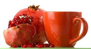 изображение зрелых гранатового дерева и чашек с крупным планом сока Стоковые Фото