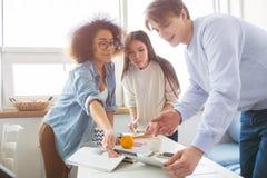 Изображение изучать студентов Парень и девушка голубая рубашка держат таблетку совместно Азиатская девушка как раз Стоковая Фотография