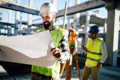 Изображение инженера по строительству и монтажу работая на строительной площадке Стоковые Фотографии RF