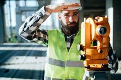 Изображение инженера по строительству и монтажу работая на строительной площадке Стоковое Изображение RF