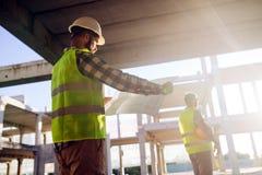 Изображение инженера по строительству и монтажу работая на строительной площадке Стоковое фото RF