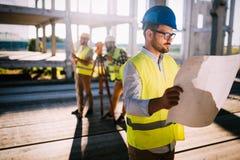 Изображение инженера по строительству и монтажу работая на строительной площадке Стоковые Изображения