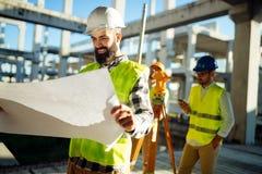 Изображение инженера по строительству и монтажу работая на строительной площадке Стоковое Фото
