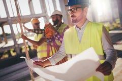 Изображение инженера по строительству и монтажу работая на строительной площадке Стоковая Фотография