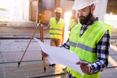 Изображение инженера по строительству и монтажу работая на строительной площадке Стоковые Фото