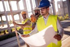 Изображение инженера по строительству и монтажу работая на строительной площадке Стоковое Изображение