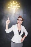 изображение идеи принципиальной схемы 3d представило Женщина показывая на лампе чертежа Стоковые Изображения RF