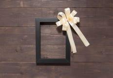 Изображение и лента рамки на деревянной предпосылке с пустой Стоковое Фото