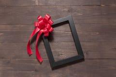 Изображение и лента рамки на деревянной предпосылке с пустой Стоковая Фотография