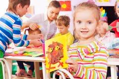 Изображение и детский сад владением девушки классифицируют дальше назад Стоковые Изображения RF