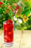 Изображение коктеиля клубники на деревянном столе Стоковые Изображения RF