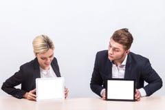 Изображение команды работников офиса оба держа таблетку Стоковое Изображение RF
