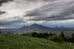 Изображение контраста деревьев травы облаков горных пиков Стоковое фото RF