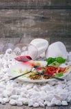 Изображение конца-вверх белой плиты вполне очень вкусной еды и рюмки на деревянной предпосылке Вкусный деликатес дальше Стоковое Изображение RF