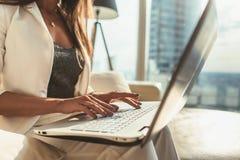 Изображение конца-вверх женских рук печатая на клавиатуре компьтер-книжки в современном офисе Стоковое фото RF