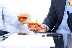 Изображение конца-вверх контракта 2 коллеги празднуют подписание контракта с вискиом Стоковая Фотография RF