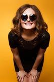 Изображение конца-вверх смешное смеясь над женщины, эмоциональной шальной усмехаясь красивой предназначенной для подростков девуш Стоковая Фотография RF