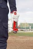 Изображение конца-вверх человеческого ключа удерживания руки Стоковая Фотография RF