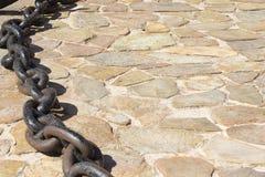 Изображение конца поднимающее вверх крюка для цепного блока на земле грязи Стоковое фото RF