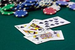 Изображение конца поднимающее вверх штабелированных обломоков покера и королевского притока Стоковые Фото